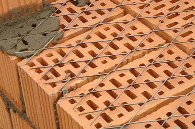 Для выполнения армирования используют стальную проволоку 4мм, либо разного рода специальные сетки или готовую арматуру