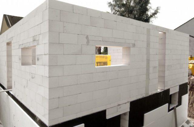 Автоклавный газобетон изготавливается только на крупном производстве и на стройплощадку попадает в виде готовых блоков