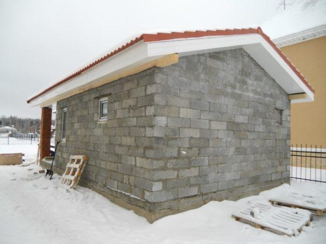 Теплоизоляция бани из газоблоков, только немногим уступает строению из бруса, а собрать коробку выходит в 2-3 раза дешевле