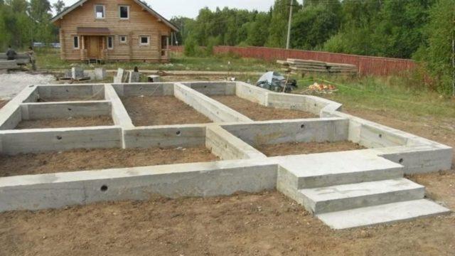 Большинство сооружений, предполагающих контакт с водой, выполняют именно из бетона