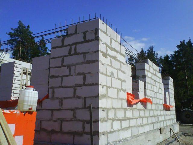 Ответ на вопрос, почему газобетонные блоки пользуются такой популярностью, заключается в технических характеристиках этого материала
