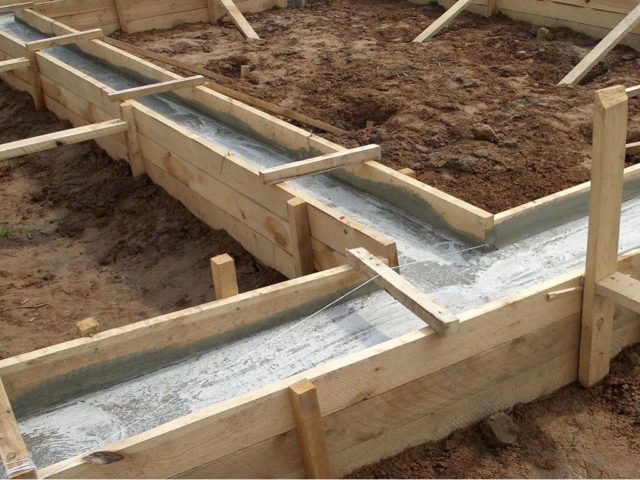 Заливка бетона в траншею всегда начинается с углов, а после уже заполняются остальные пустоты