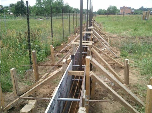Перед армированием улаживают слой полиэтиленовой пленки для защиты деревянных досок