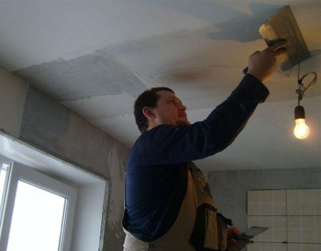 Зашпаклеванный шов на потолке