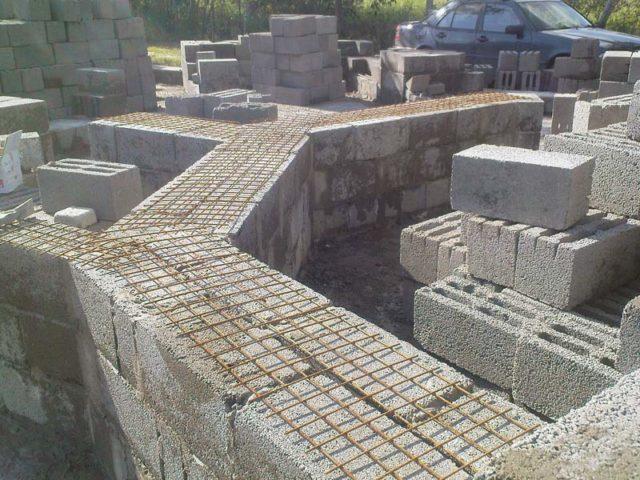 При возведении массивных конструкций необходим тщательный расчет с учетом прочности изделий из керамзитобетона