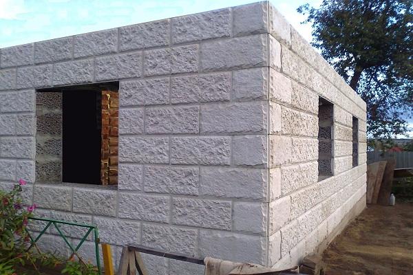 Стена из керамзитобетонных блоков «дышит» хуже (если сравнивать с кирпичом)
