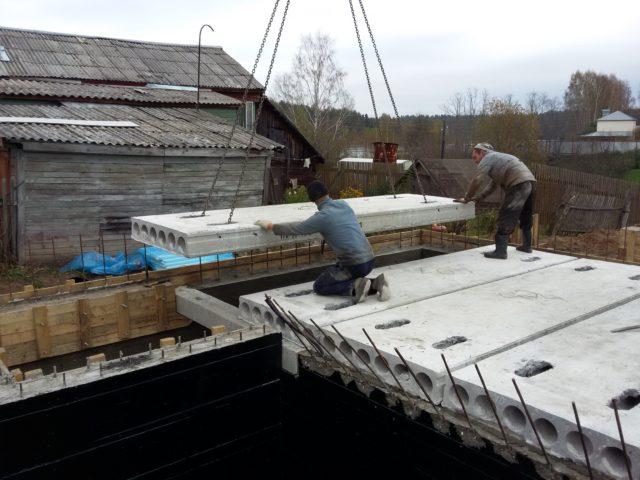 До снятия строп посредством ломов бетонную панель направляют к участку установки с максимальной точностью