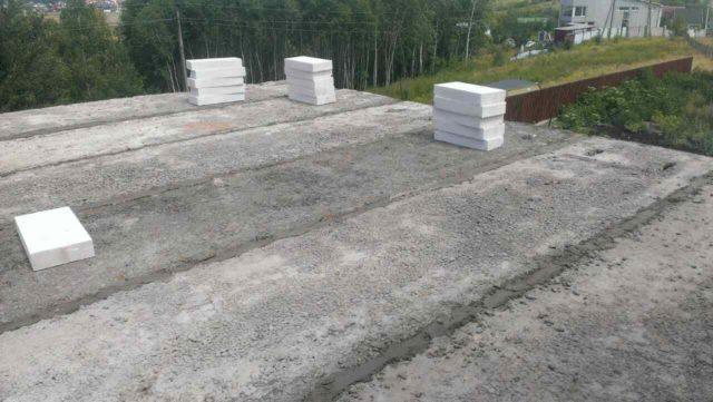 Заводские пустоты заполняются керамзитом или просто вставляются крупные куски полуторного кирпича, а оставшиеся щели закрываются цементным раствором