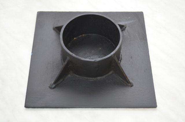 На него опирается балка ростверка или плита
