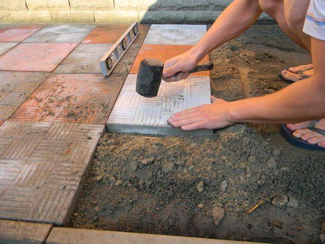Декоративные качества полужестких отмосток также определяются материалом покрытия