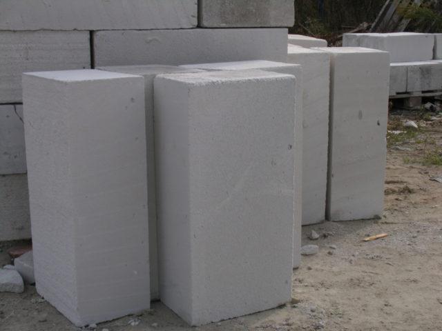 В отличии от газобетона пенобетон получается не при помощи химических реакций, а при помощи механического перемешивания предварительно приготовленной пены с бетонной смесью