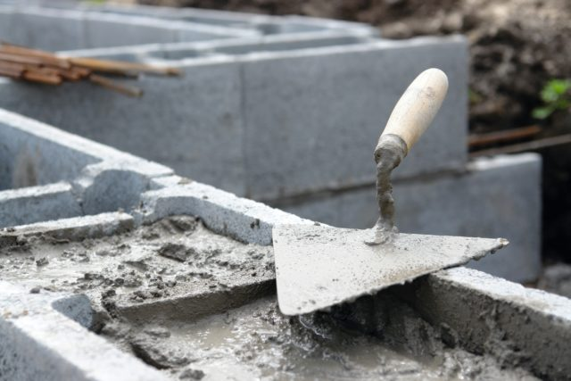 При добавлении данных веществ сокращается период затвердения цемента, а также снижается температура замерзания воды в растворе