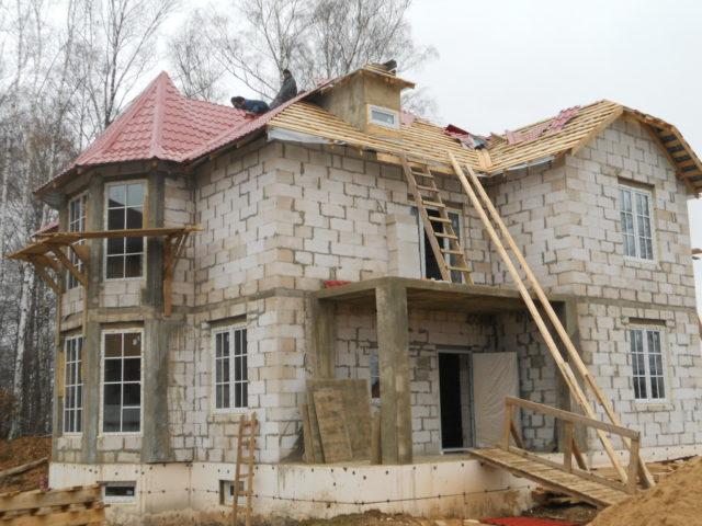 Завершающий этап строительства дома – монтаж стропильной системы крыши и укладка кровельного материала