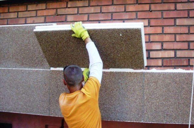 Кирпичные стены обычно изнутри отделывают штукатуркой или гипсокартоном, а утепление проводят снаружи