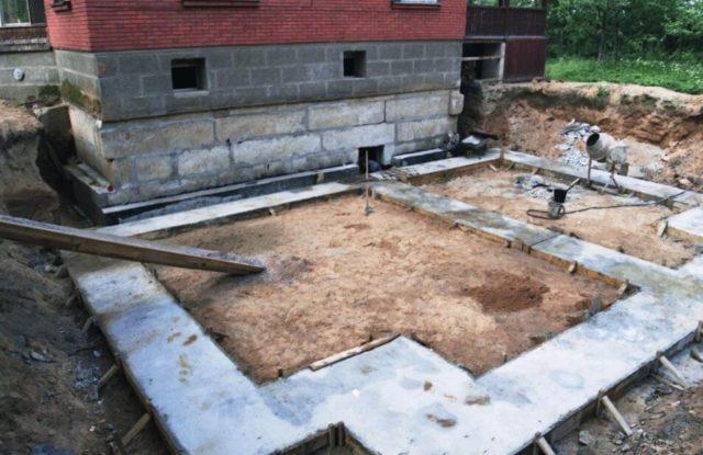 Фундамент под пристройку может быть ленточным, выложенным из кирпича или каменных блоков, или столбчатым