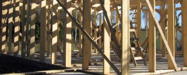 Каркас для будущих стен возводится из бруса и закрепляется к смонтированным ранее венечным балкам перекрытия