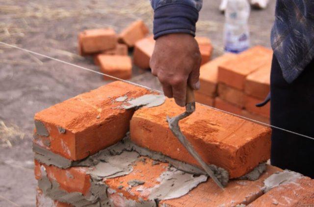 Прежде чем начать возводить стены из кирпича, нужно тщательно проверить горизонтальность поверхности фундамента