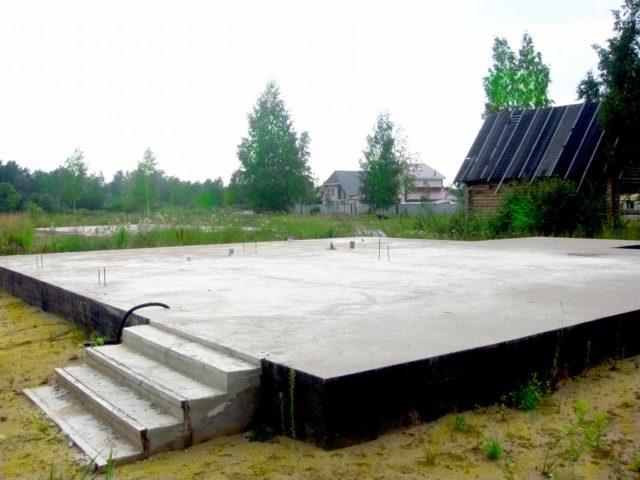 Монолитная плита надежно защищает стены постройки от деформации, так как любые изменения почвы расходятся по поверхности фундаментной плиты