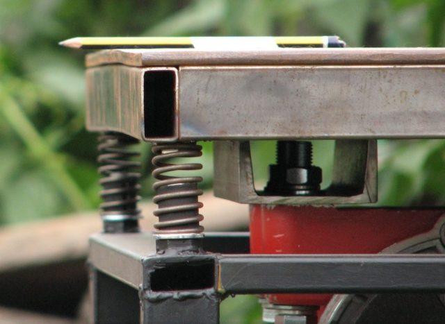 Рабочая поверхность стола может совершать колебательные движения, такое вибрирование является его основным достоинством и предназначением