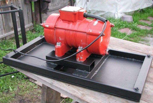 Для производства в промышленных масштабах, подойдет вибратор ИВ-104 Б: мощность 0,53 кВт, источник питания – 380 В
