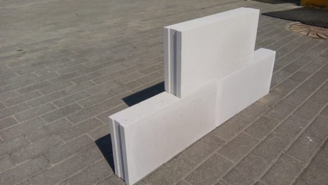 Технология изготовления силикатных плит заключается в приготовлении смеси из кварцевого песка, воды и негашеной комовой извести, которая затем прессуется и помещается в автоклавную камеру