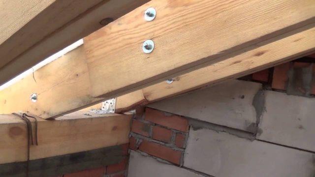 Обязательными отверстиями являются угловыми, которые дополнительно зафиксируют бревна между собой и закрепят всю конструкцию мауэрлата к стенам