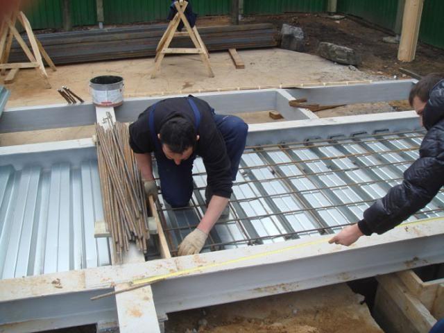Готовая монолитная конструкция в дальнейшем может использоваться как потолок, не нуждающийся в дополнительной отделке