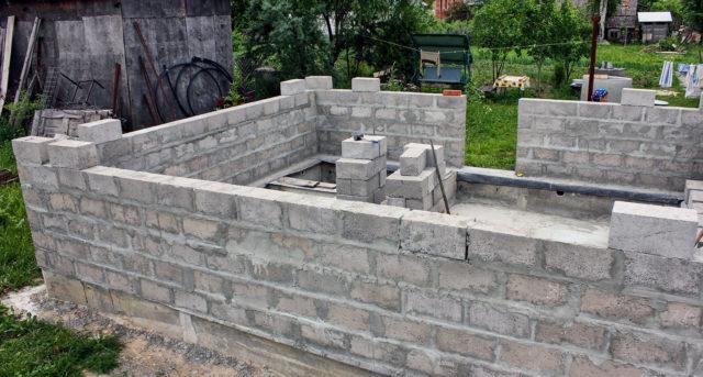 Подходящий вариант выбирается с учетом особенностей конструкции, толщины стен, характеристик теплоизоляции и финишной облицовки