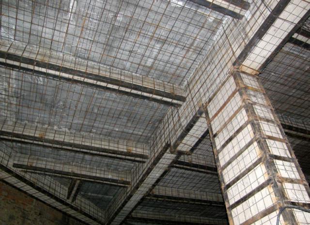 Усиление плит перекрытия может предполагать снижение нагрузки и обеспечение надежности на время проведения работ
