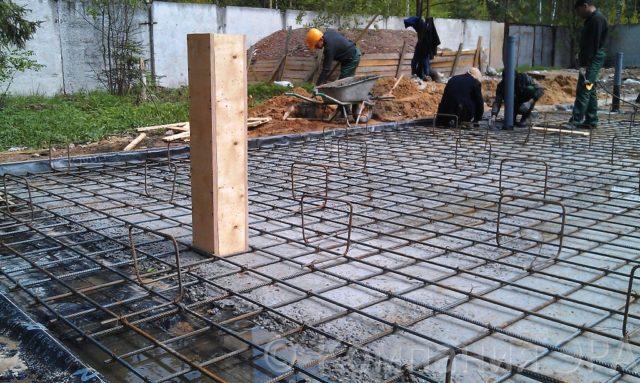 Для создания нижнего защитного слоя используются исключительно бетонные или полимерные прокладки