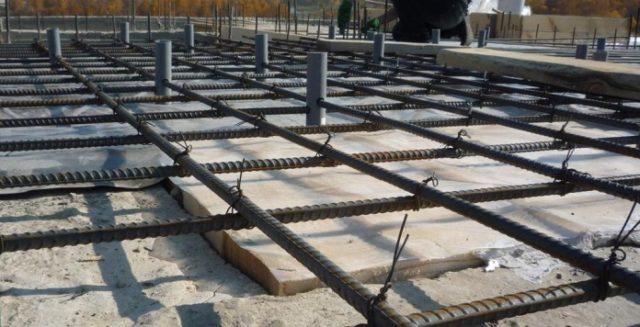 Сетки создаются из прутков на стройплощадке