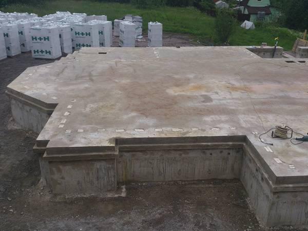 В случае, когда необходимо построить массивное здание, например, из полнотелого кирпича, то нужно рассматривать иные варианты плитного основания