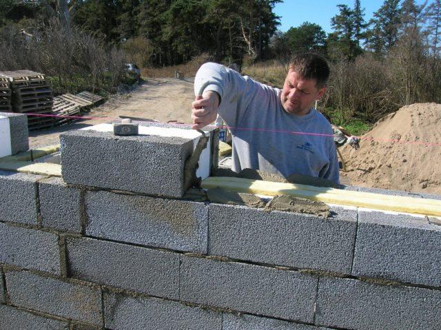 Дабы определится с выбором способа, необходимо знать толщину будущих стен и какими материалами предполагается производить отделочные работы