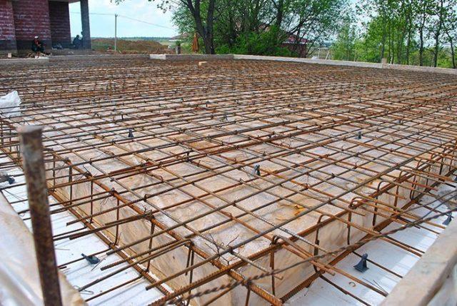 При заливке получаются ровные (без швов) потолки и такие же полы, которые не нуждаются в дорогостоящих и трудоемких работах по внутренней отделке