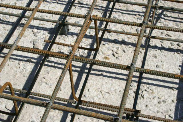 Бетонные конструкции обладают высокой устойчивостью к разнонаправленным нагрузкам за счет применения арматуры
