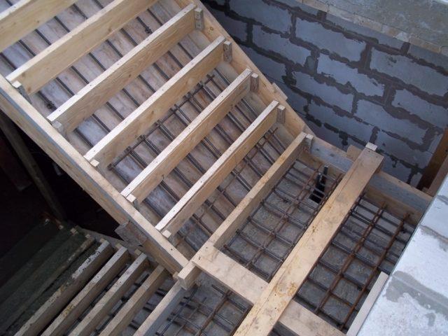 Как армировать лестницу?
