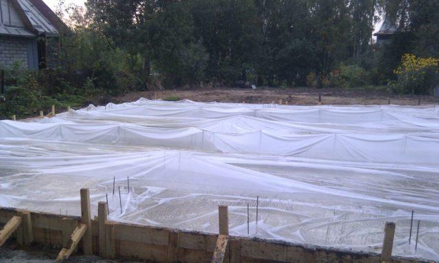 Можно ли бетонировать в мороз — чем укрыть бетон после заливки?