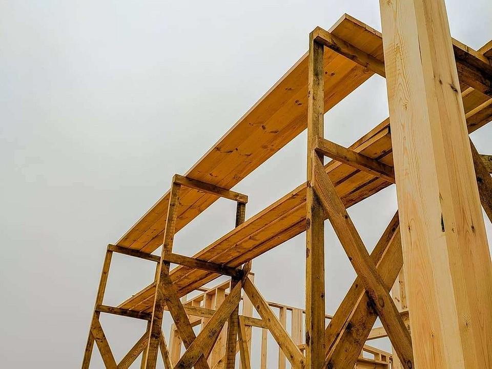 Использование строительных лесов в высотных работах
